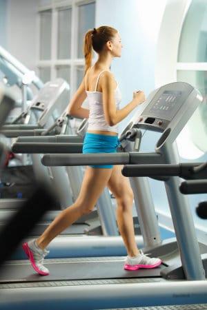 kobieta biegnąca na bieżni