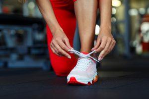 kobieta wiąże buty do biegania